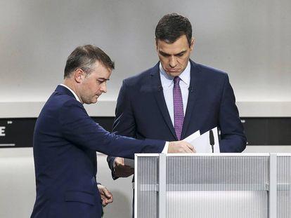 Iván Redondo, junto a Pedro Sánchez en un debate televisivo en 2019.