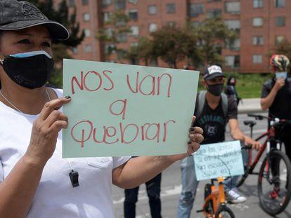 Una mujer sostiene un letrero durante una manifestación en Bogotá, el pasado 16 de abril.