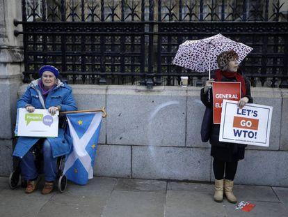 Una manifestante anti-Brexit (izquierda) y otra partidaria de la salida, este jueves en Londres.