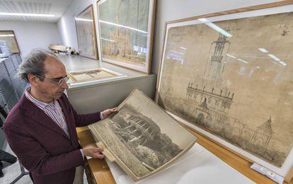 Juanjosé Lahuerta mostrando una fotografía del Park Güell.