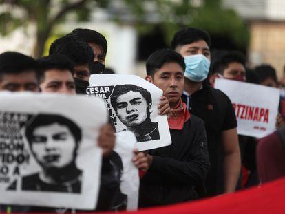 Familiares de los 43 en una marcha el pasado 27 de septiembre.