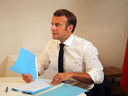 Emmanuel Macron durante una videoconferencia el pasado día 11 desde Brégançon, donde pasa sus vacaciones de verano.