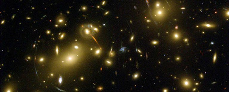 Cúmulo galáctico a redshift 0.1756. Ésta es una de las imágenes más espectaculares de este cúmulo tomadas con la cámara avanzada del telescopio espacial Hubble.