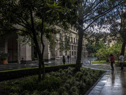 Turistas pasean en el interior del Palacio Nacional, en Ciudad de México.