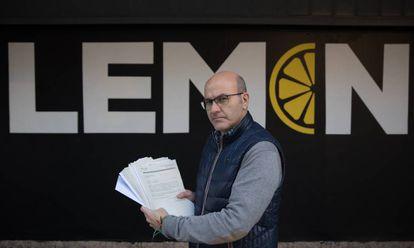 Enrique Francés, vecino afectado por el Lemon Club, sostiene documentos del expediente municipal sobre la discoteca.