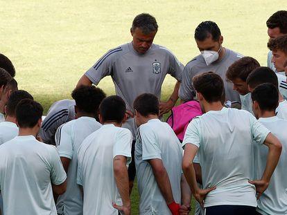 Luis Enrique (arriba, en el centro), este domingo, durante la sesión de entrenamiento en Sevilla.