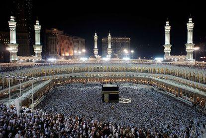 Peregrinos musulmanes marchan alrededor de  la Kaaba en la Meca el martes.