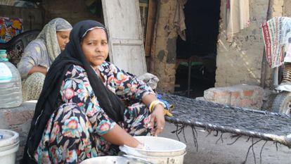 Lali Chawan, de 35 años, lava la ropa de sus hijas.