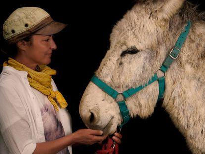 Amaya Isert posa junto al burro Ismael.