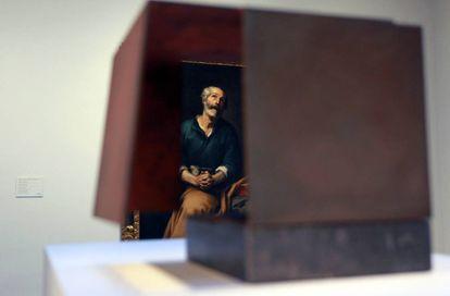 'San Pedro en lágrimas' (1655), de Murillo, visto a través de la obra 'Caja metafísica por conjunción de dos triedros' (1958-1959), de Oteiza, en la exposición 'ABC. El alfabeto del Museo de Bilbao'.