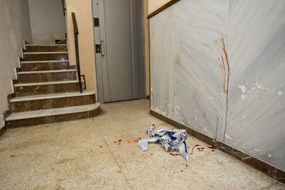 Portal ensangrentado del edificio donde un hombre ha sido detenido por apuñalar a su esposa y a su hijo de 4 años.