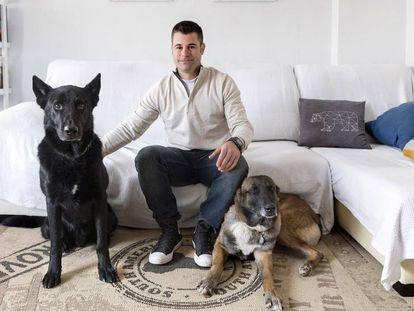 El entrenador militar de perros Carles Bosch, con su pastor belga Uruk (derecha), ya jubilado, y su pastor alemán Quinto, en activo.