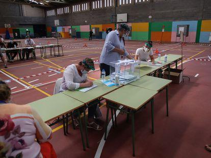 Votantes en el pabellón Vista Alegre de Burela (Lugo), este domingo con motivo de las elecciones autonómicas.