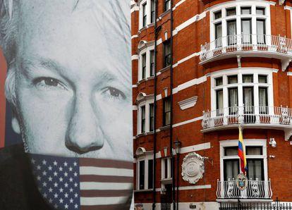 Camión con una imagen de Julian Assange frente a la Embajada ecuatoriana en Londres, donde está refugiado desde 2012.