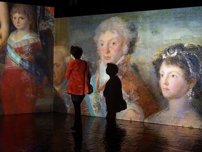 Una mujer observa una de las instalaciones de la exposición #INGOYA, en el Centro Cultural Fernán Gómez.