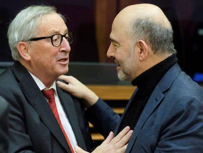 El presidente de la Comisión, Jean-Claude Juncker, junto a Pierre Moscovici.