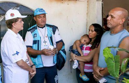 La presidenta brasileña Dilma Rousseff (izquierda) participa en la movilización para informar sobre el zika, el domingo en Rio de Janeiro.