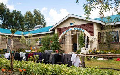 Arriba, la comida frugal de los atletas en Kaptagat. Abajo, las prendas de entrenamiento de los corredores secándose en una valla de madera a la puerta del centro.