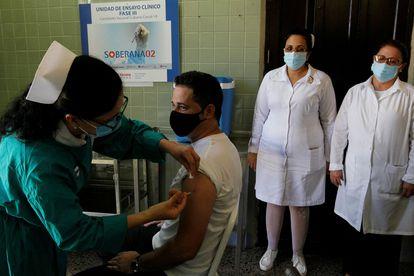 Una enfermera inyecta la vacuna Soberana 02 a un voluntario durante un ensayo clínico en La Habana, el 31 de marzo.