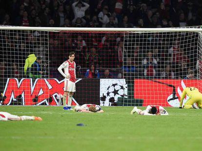 Tagliafico observa a sus compañeros caídos tras el 2-3.