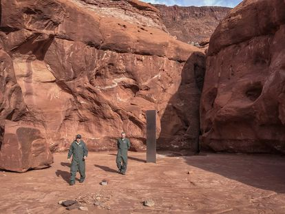 Funcionarios del Estado de Utah, junto al monolito hallado entre los cañones, este martes.