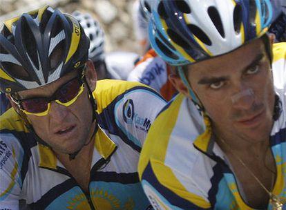 Lance Armstrong (izquierda) y Alberto Contador durante el Tour.