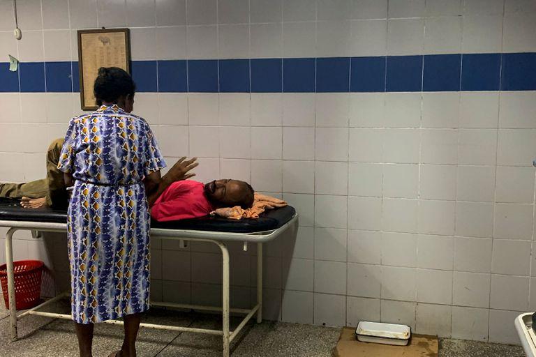 Un paciente espera en la sala de emergencias del hospital de Guiria, Venezuela.