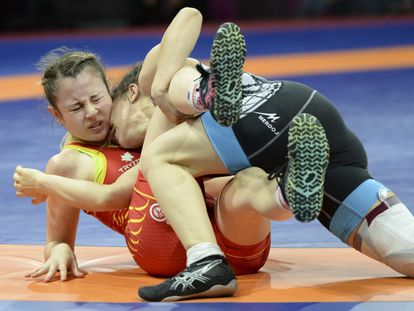 Aintzane Gorria, de rojo, lucha durante un campeonato en Dagestan (Rusia), hace dos años. / SAID TSARNAEV (GETTY)