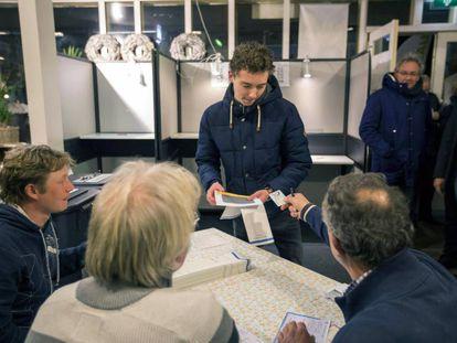 Un hombre vota en las elecciones municipales holandesas este miércoles 21 de marzo de 2018, en una estación de ferrocarril en Castricum (Holanda).