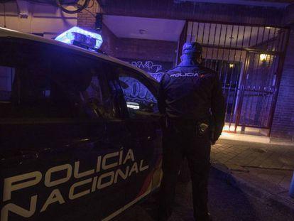 El policía nacional E., en el número 50 de la calle de Francisco Navacerrada, donde detuvieron al supuesto caníbal. En vídeo, uno de los agentes que participaron en el arresto habla por primera vez.