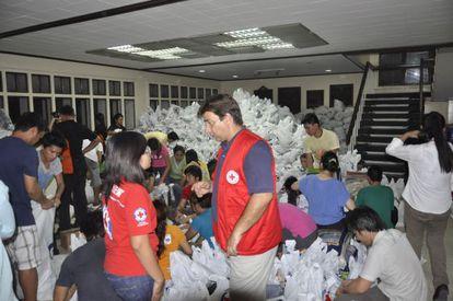 Emilio Teixeira trabajando en la sede de la Cruz Roja