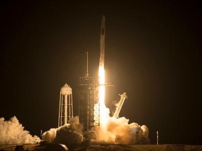 El 'Falcon 9' de Space X despega con la cápsula 'Crew Dragon' rumbo a la Estación Espacial Internacional este viernes en Florida.