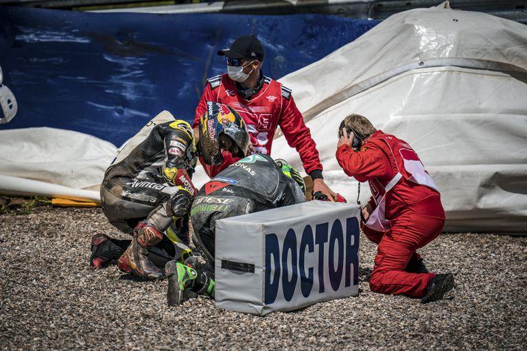 Johann Zarco comprueba el estado de Franco Morbidelli tras el choque entre ambos durante el GP de Austria el domingo pasado.