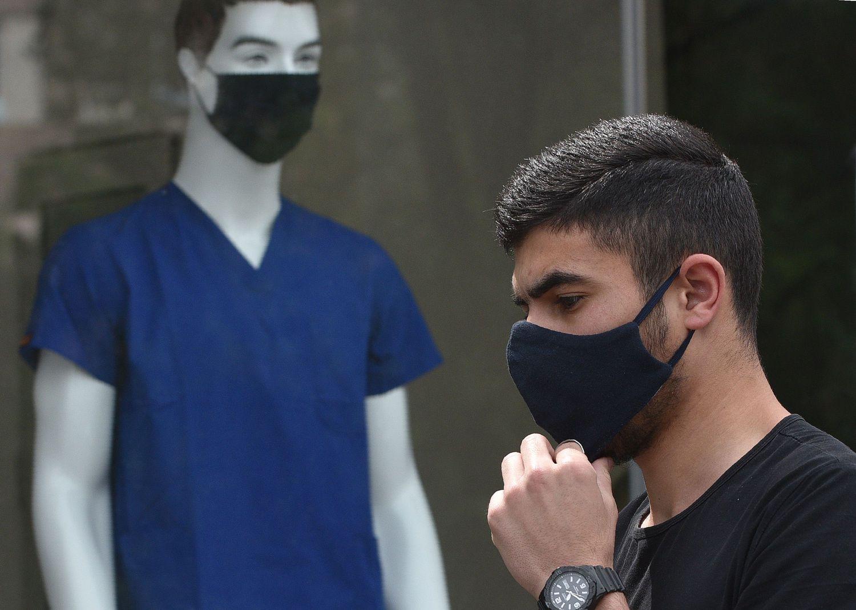 Un transeúnte pasa ante un escaparate de una tienda de Ereván, Armenia.