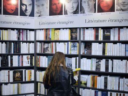 Una visitante del Salón del Libro de París 2014.