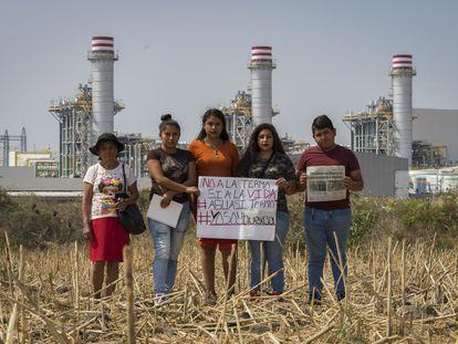 Habitantes de Huexca, frente a la central termoeléctrica.