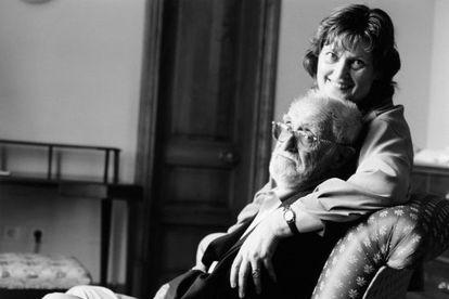 El escritor José Luis Sampedro junto a su mujer, Olga Lucas.