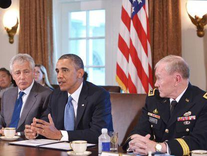 Barack Obama (centro), durante una reunión con Chuck Hagel (izquierda) y Martin Dempsey (derecha), en la Casa Blanca.