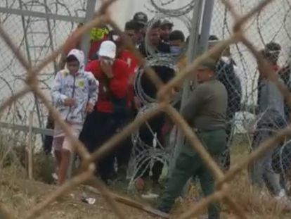 En vídeo, decenas de inmigrantes entran en Ceuta después de que la policía marroquí abra una de las puertas de la frontera.
