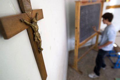 Un crucifijo preside un aula en un colegio de Roma, algo que avala Estrasburgo en un fallo.