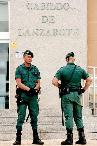 Dos guardias civiles durante la intervención del Cabildo de Lanzarote, el 19 de abril de 2010.