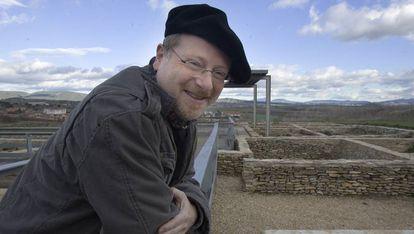 El director del yacimiento, Eliseo Gil, en 2006 cuando sus hallazgos todavía no habían sido cuestionados.