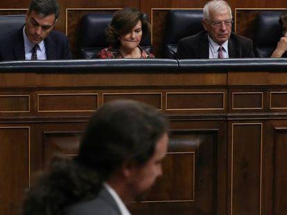 Pablo Iglesias pasa frente a la bancada socialista este miércoles en el Congreso de los Diputados.