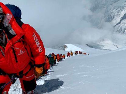 Colas del apinistas en el ascenso a la cima del Annapurna, el pasado 16 de abril, en una imagen de Pasang Lhamu.