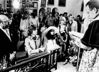 Mick Jagger y Bianca Pérez, el día de su boda en Francia, en 1971. Él tenía 28 años y ella 26. Se separarron en 1979. Tiene una hija juntos, Jade. Al fondo se ve a Keith Richards, hablando con una chica.