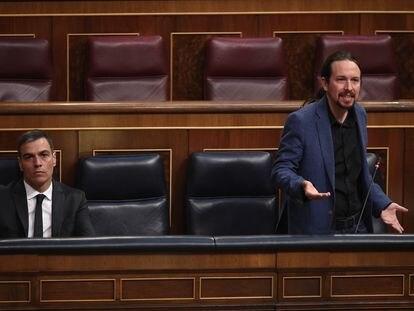 El vicepresidente Pablo Iglesias, al lado del presidente, este miércoles en el Congreso.