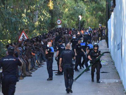 Inmigrantes a las puertas del CETI de Ceuta el pasado julio.