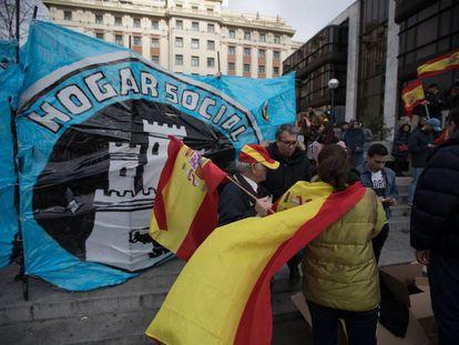 Miembros del grupo Hogar Social, durante la manifestación de este domingo en la plaza de Colón de Madrid.