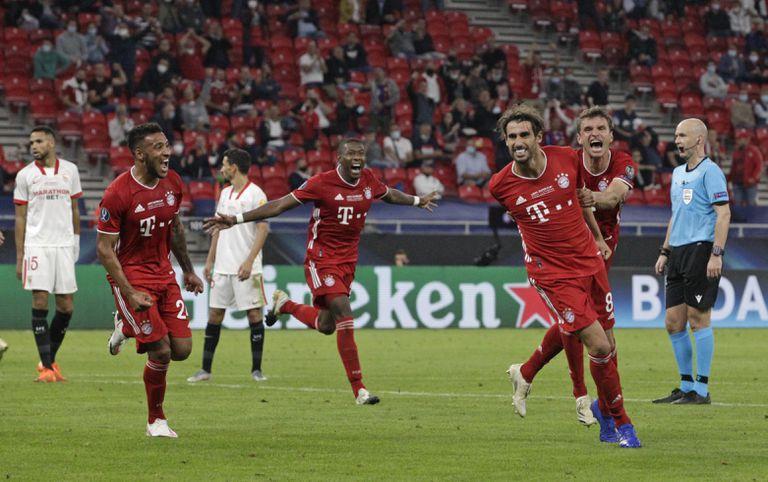 Los jugadores del Bayern corren a felicitar a Javi Martínez tras el 2-1.