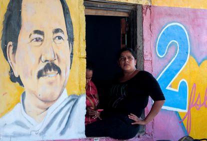 Una mujer sentada al lado de una imagen de Daniel Ortega en la ciudad de Catarina (Nicaragua), en octubre de 2020.